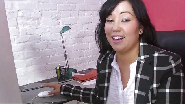 Nikky obtient film porno gratuit en famille ce qu'elle veut avec un footjob